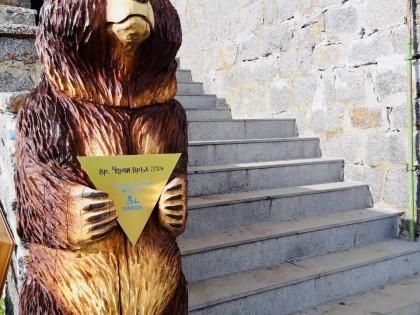 Двуметрова дървена мечка радва посетителите на заслон Черни връх