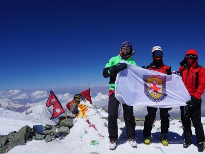Планински спасители изкачиха връх Ленин
